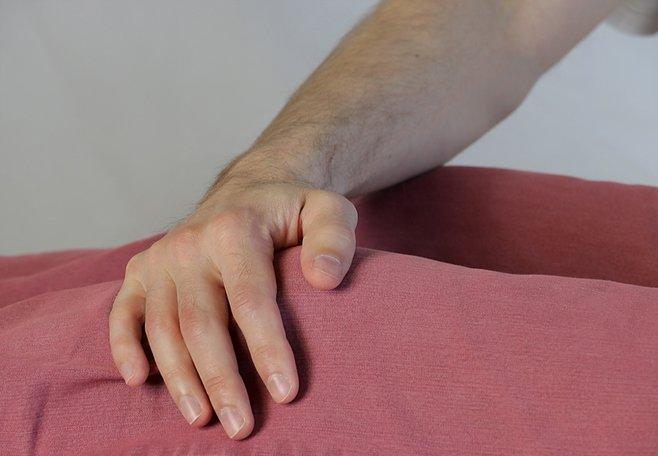 Healingbehandling på knä. Healing vid fysiska och psykiska symtom.