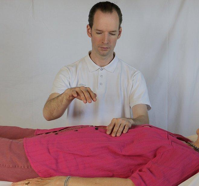 Så här går en healingbehandling till. Chakrabalanering.